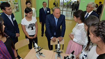Глава государства в рамках рабочего визита в Талдыкорган посетил Дворец школьников.